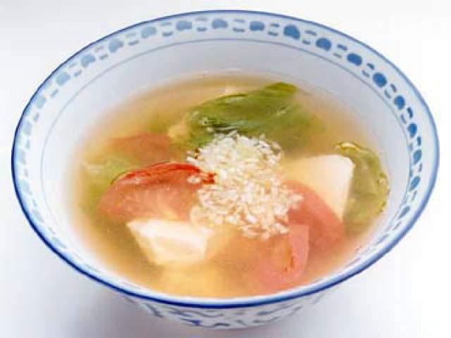 レタスとトマトの豆腐入り中華風スープ
