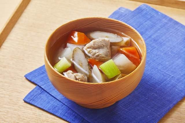 あごだし香る鶏肉と根菜のすまし汁